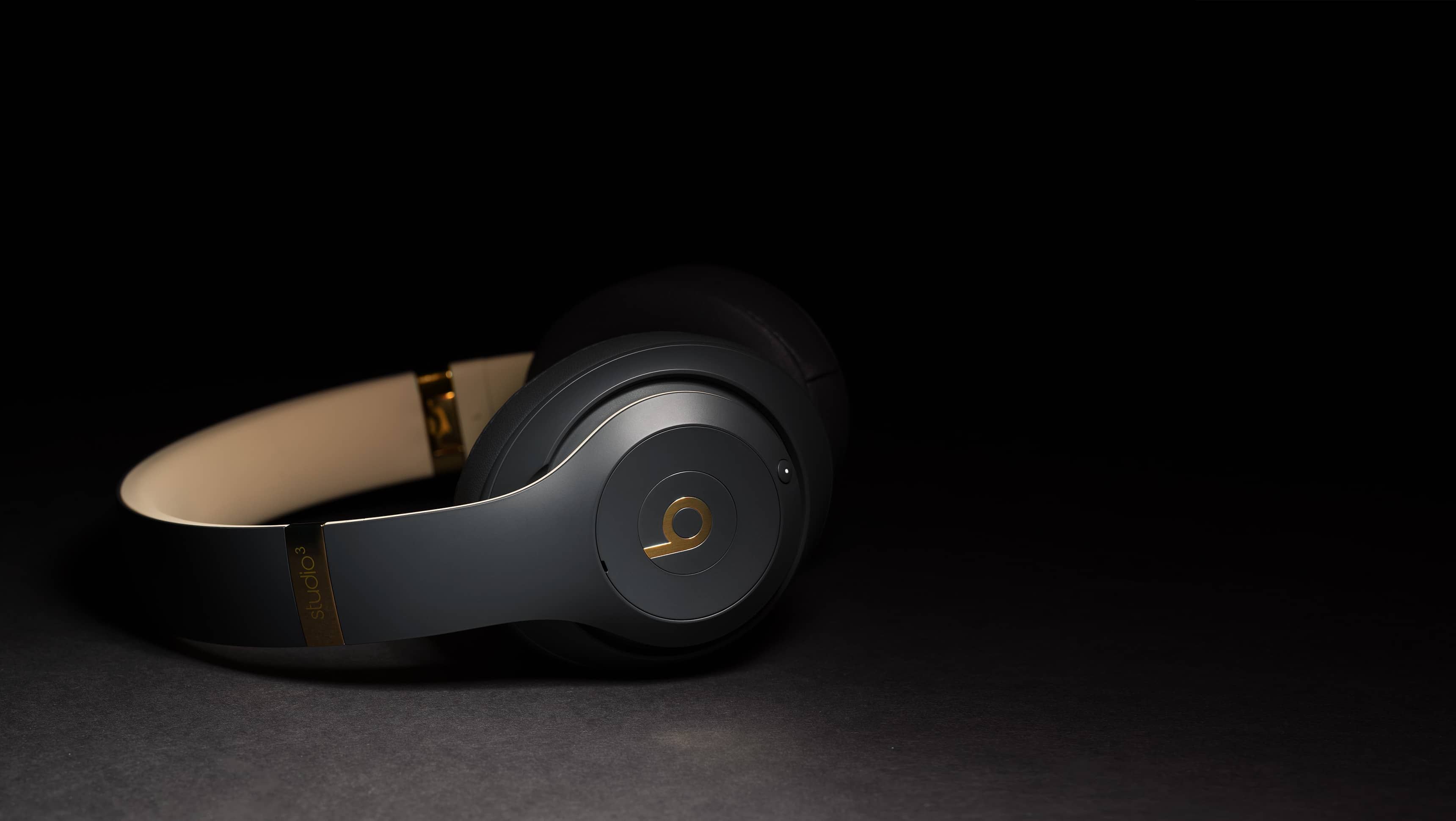 https://www.beatsbydre.com/content/dam/beats/web/pdp/studio_3_wireless/hero/443_HERO_PDP_3440X1440.jpg